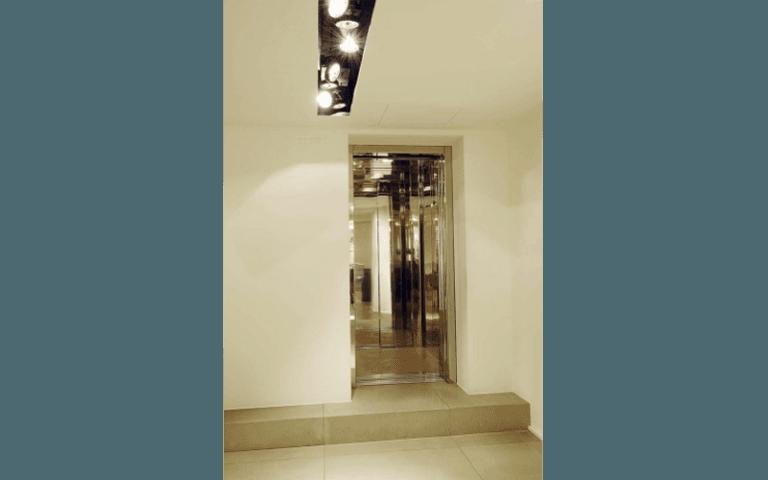 ascensore con interno a specchio