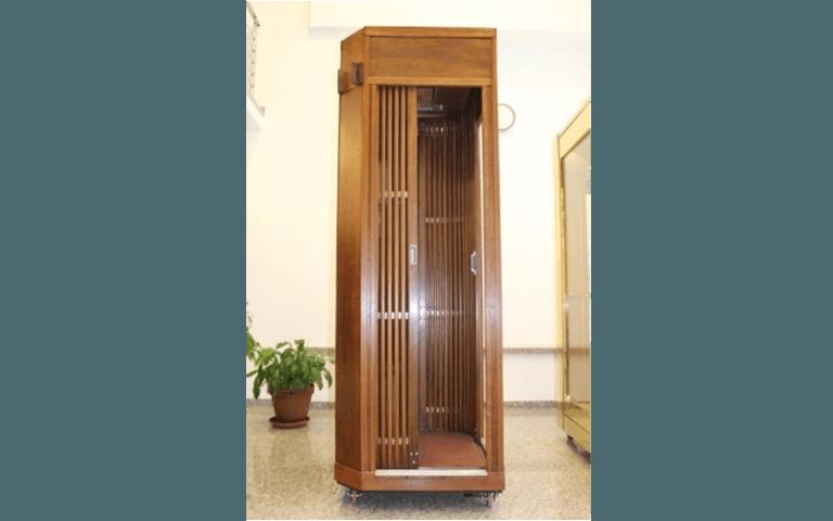 ascensore in legno aperto