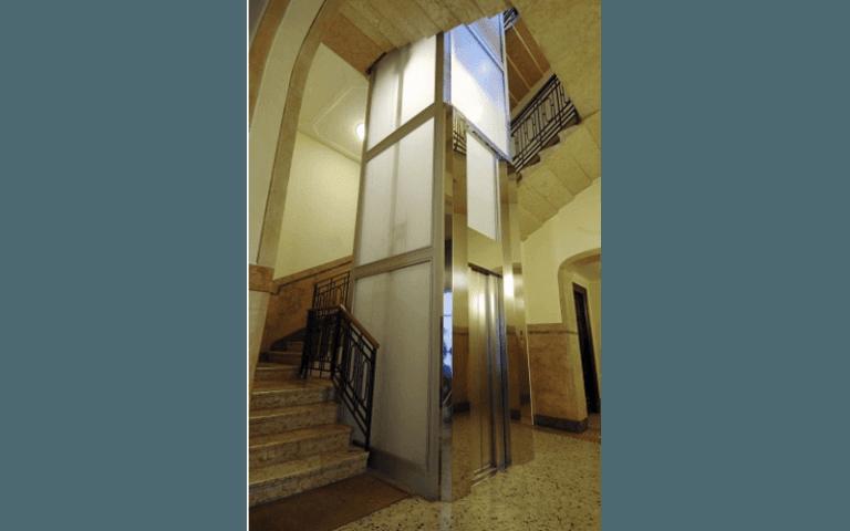 ascensore con vetri opachi