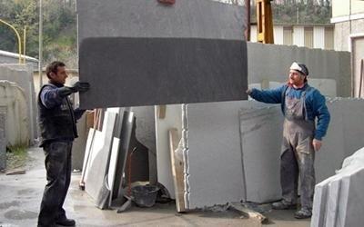 Spostamento lastre di marmo