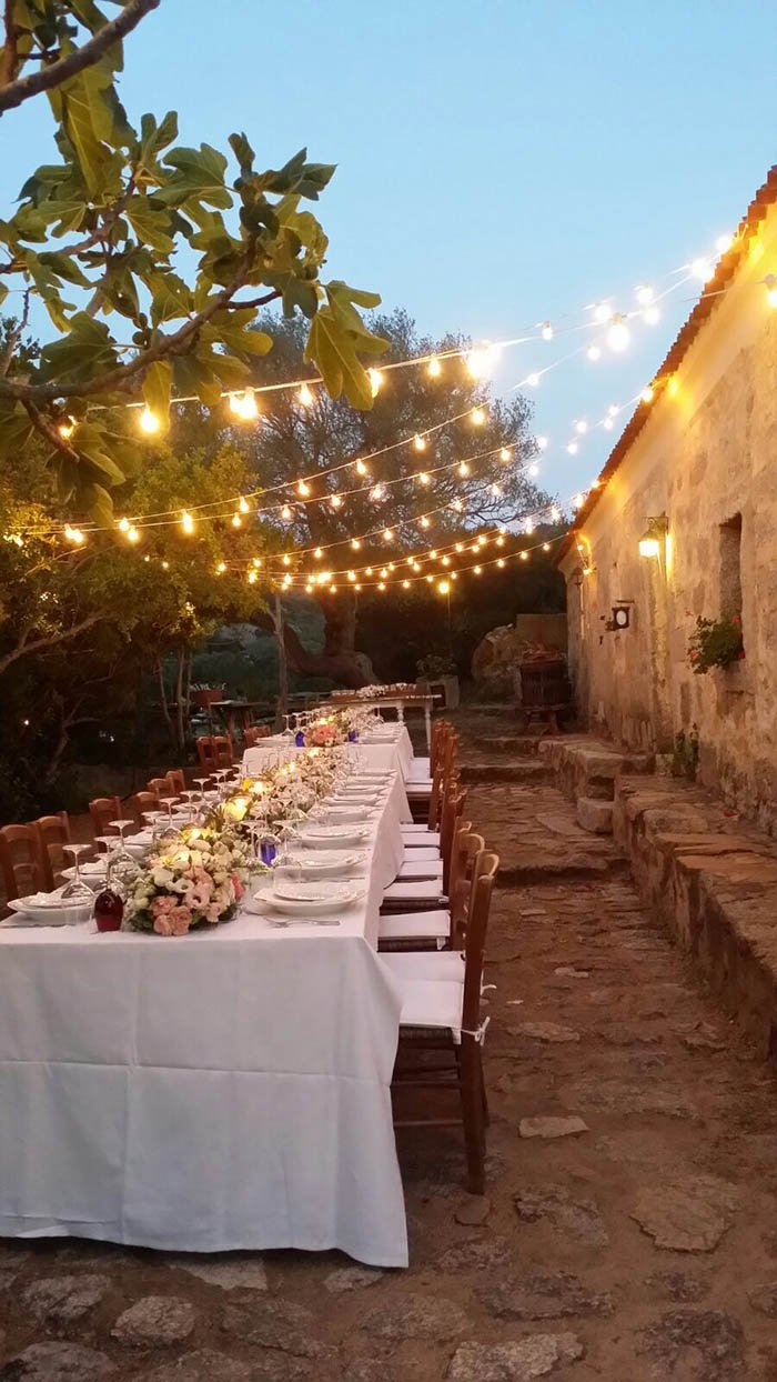 patio illuminato e decorato per rinfresco di matrimonio
