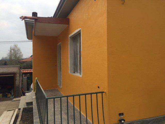 casa pitturata di giallo