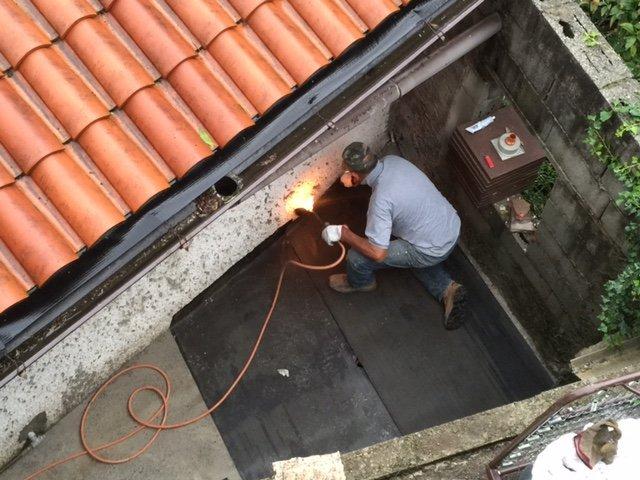 tetto e operaio