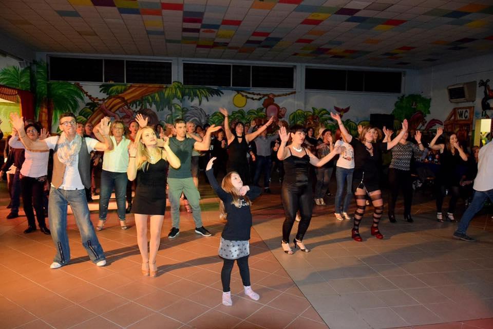 persone ballano