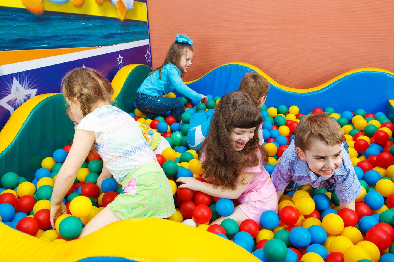 Bambini giocando all'isola dei bimbi a Mantova
