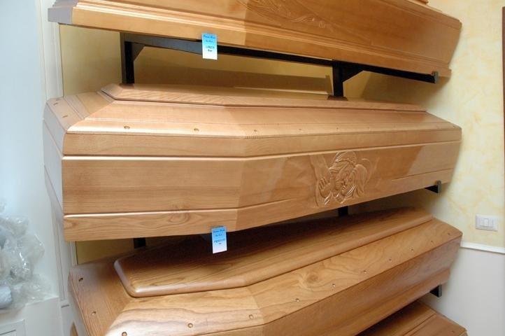 cofani in legno chiaro