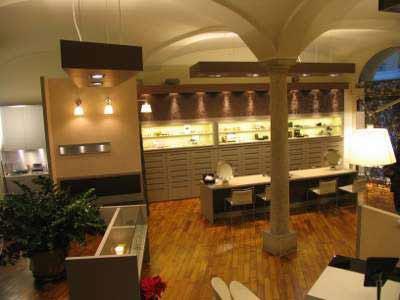 interno del negozio con vetrina di esposizione delle lampade  e una colonna portante al centro color beige