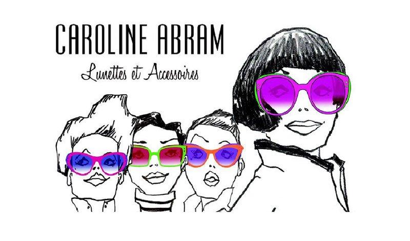 disegno di 4 donne che indossano degli occhiali di colori diversi stile fumetto con scritto Caroline Abram Lunettes et Accessories