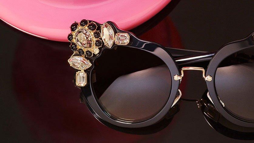 occhiali da sole neri con pietre incastonate sul lato sinistro alto della lente