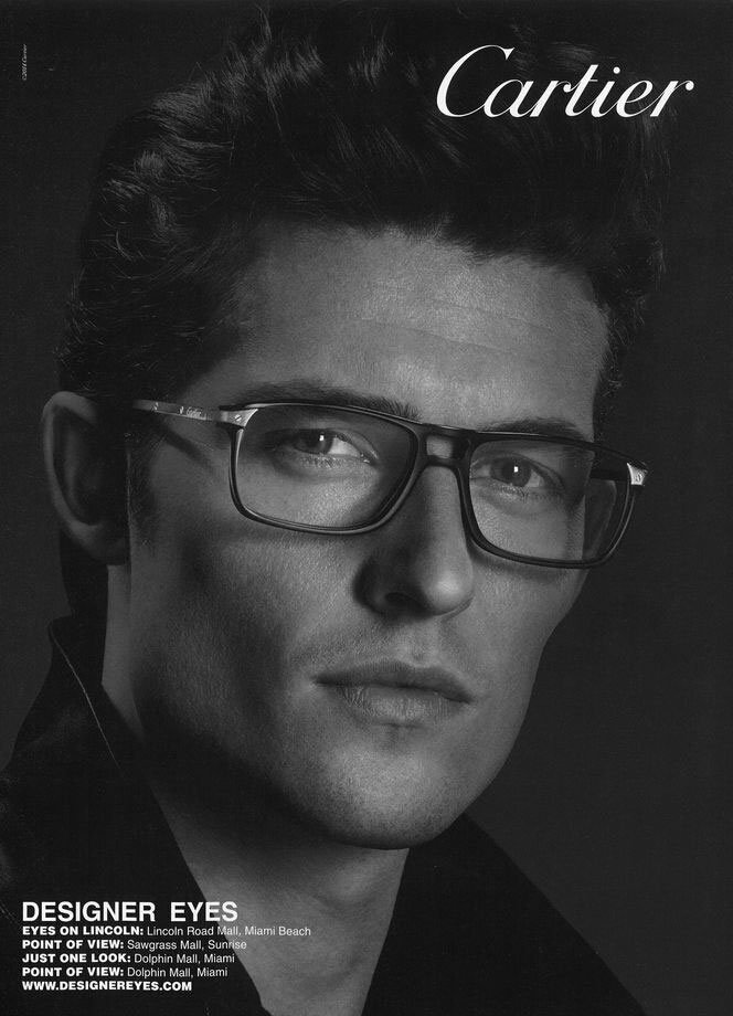 un uomo indossa degli occhiali da vista marca Cartier