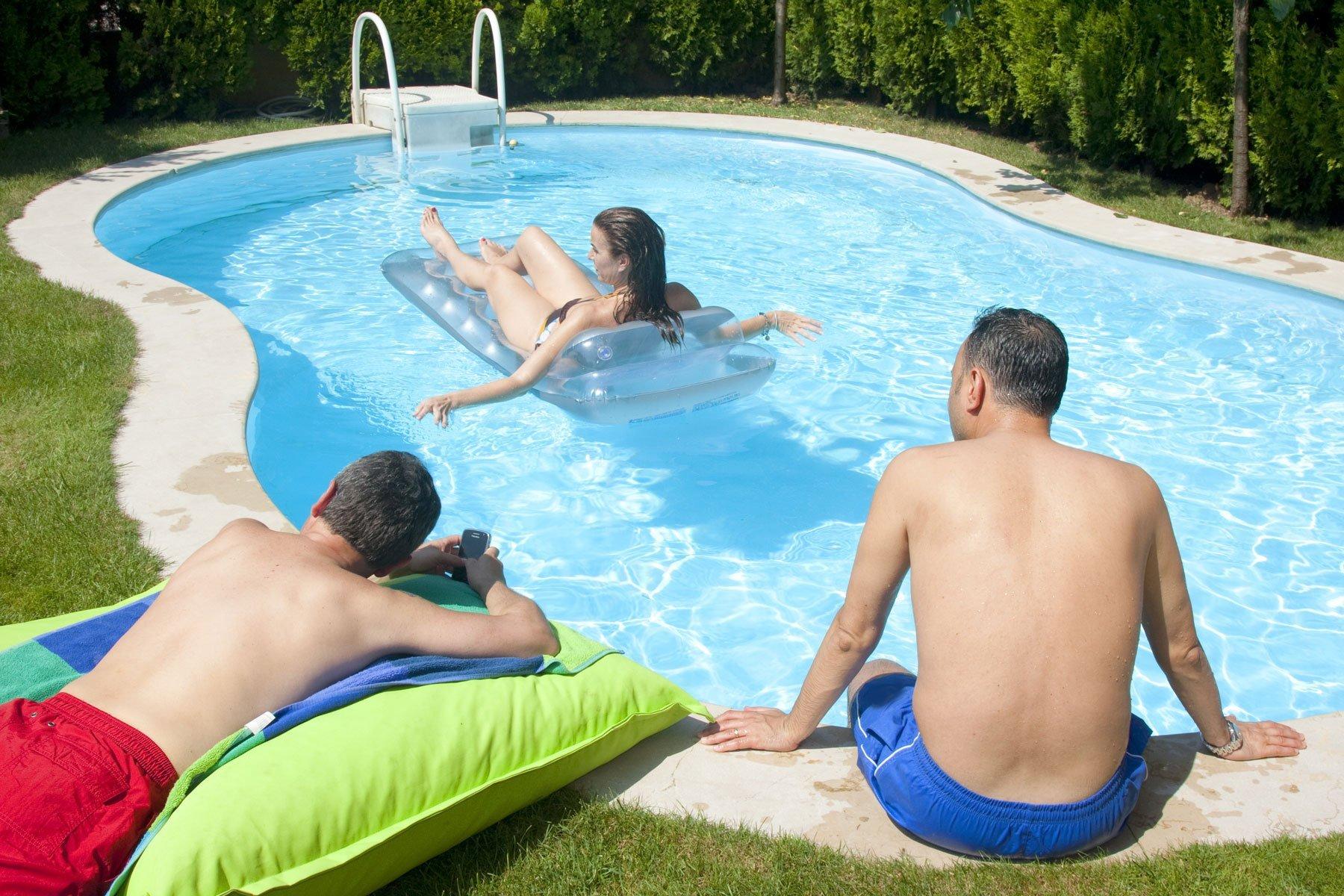 3 uomini in piscina