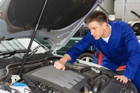 meccanico che lavora sul motore dell'automobile