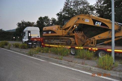 camion per trasporto macchine movimento terra