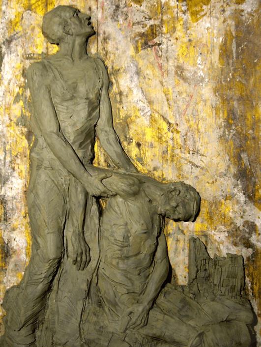 una scultura raffigurante un uomo che regge il braccio di un moribondo