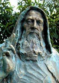 una statua di un uomo con un cappuccio e la barba