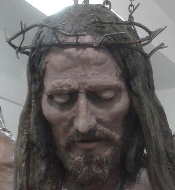il volto di una scultura a colori di Gesù