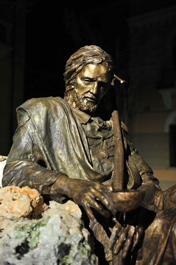 una scultura di un uomo con la barba