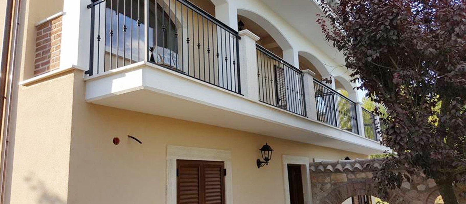 ringhiera di un lungo balcone