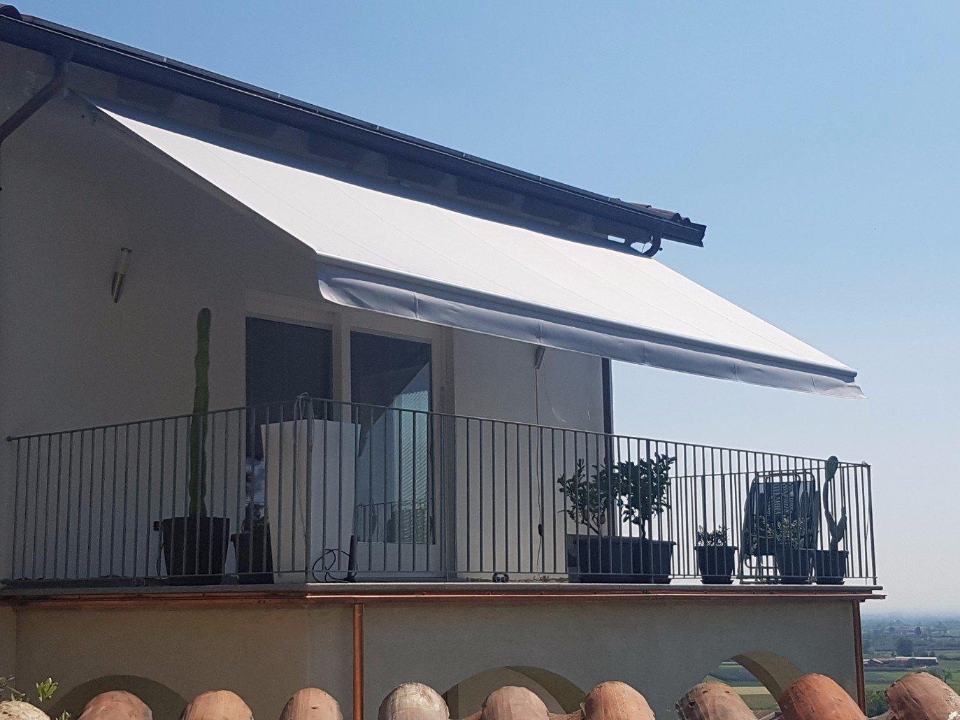 un balcone con un tendone bianco