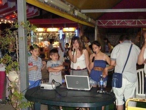 Godendo del karaoke