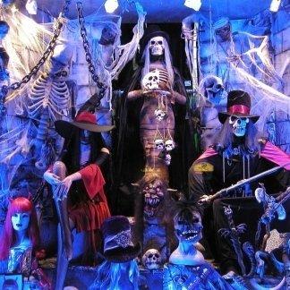 Scheletri, catene,parrucche di colori e maschere di mostri
