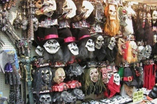 delle maschere di teschi e altri mostri