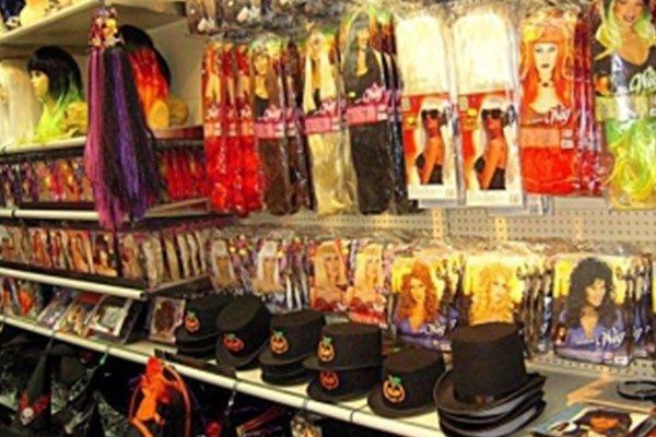 dei cappelli neri e delle maschere