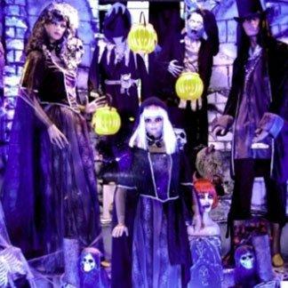 dei manichini con vestiti dark