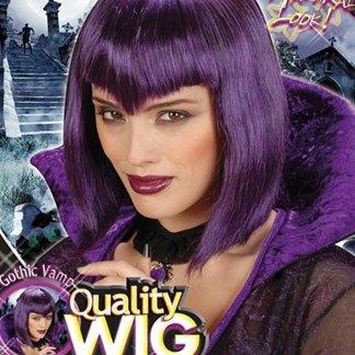 una ragazza con una parrucca viola