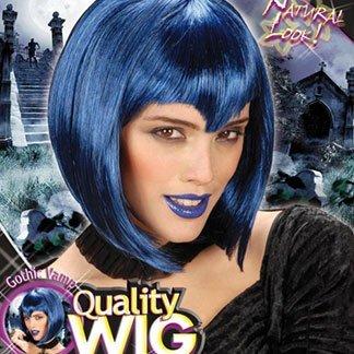 una ragazza con una parrucca azzurra