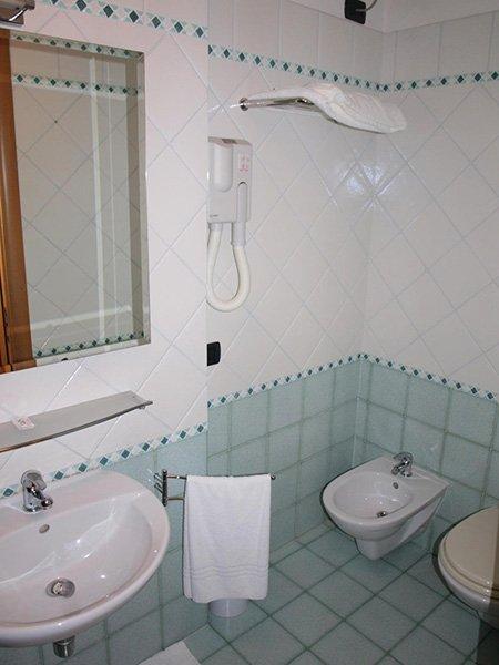 Un bagno con un bidet e un lavabo sulla destra