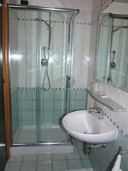 un bagno con delle piastrelle di color verde