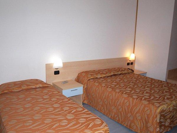 una camera con due letti singoli