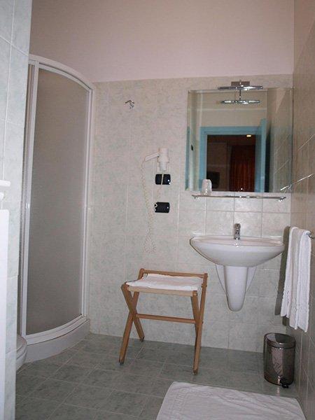 un bagno con delle piastrelle di color bianco
