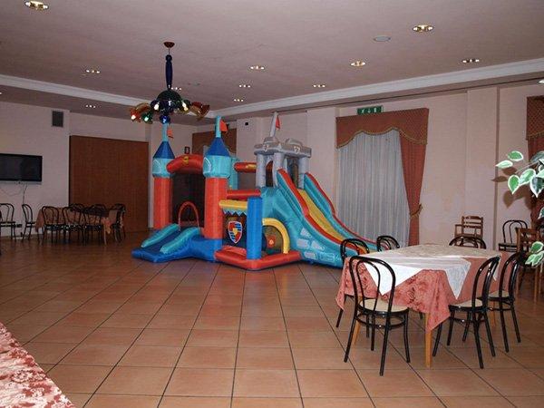 Dei tavoli rotondi e un lampadario a multicolori