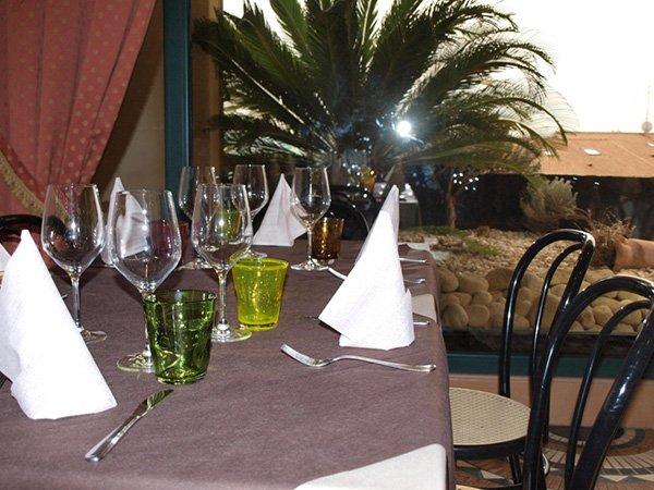 vista ravvicinata di un tavolo con bicchieri di vino e altri bicchieri colorati