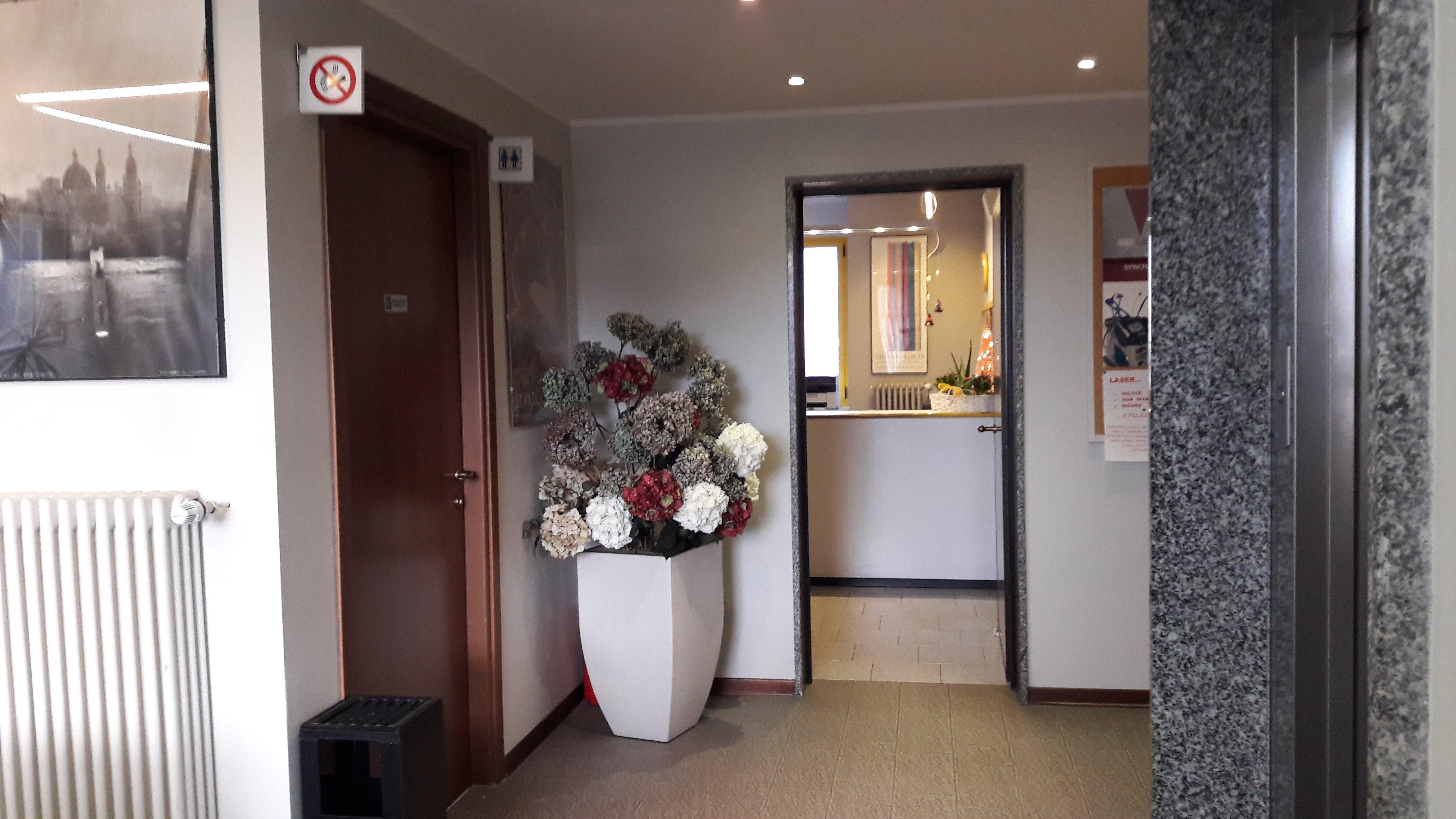 interno di un appartamento con una stanza e un bancone