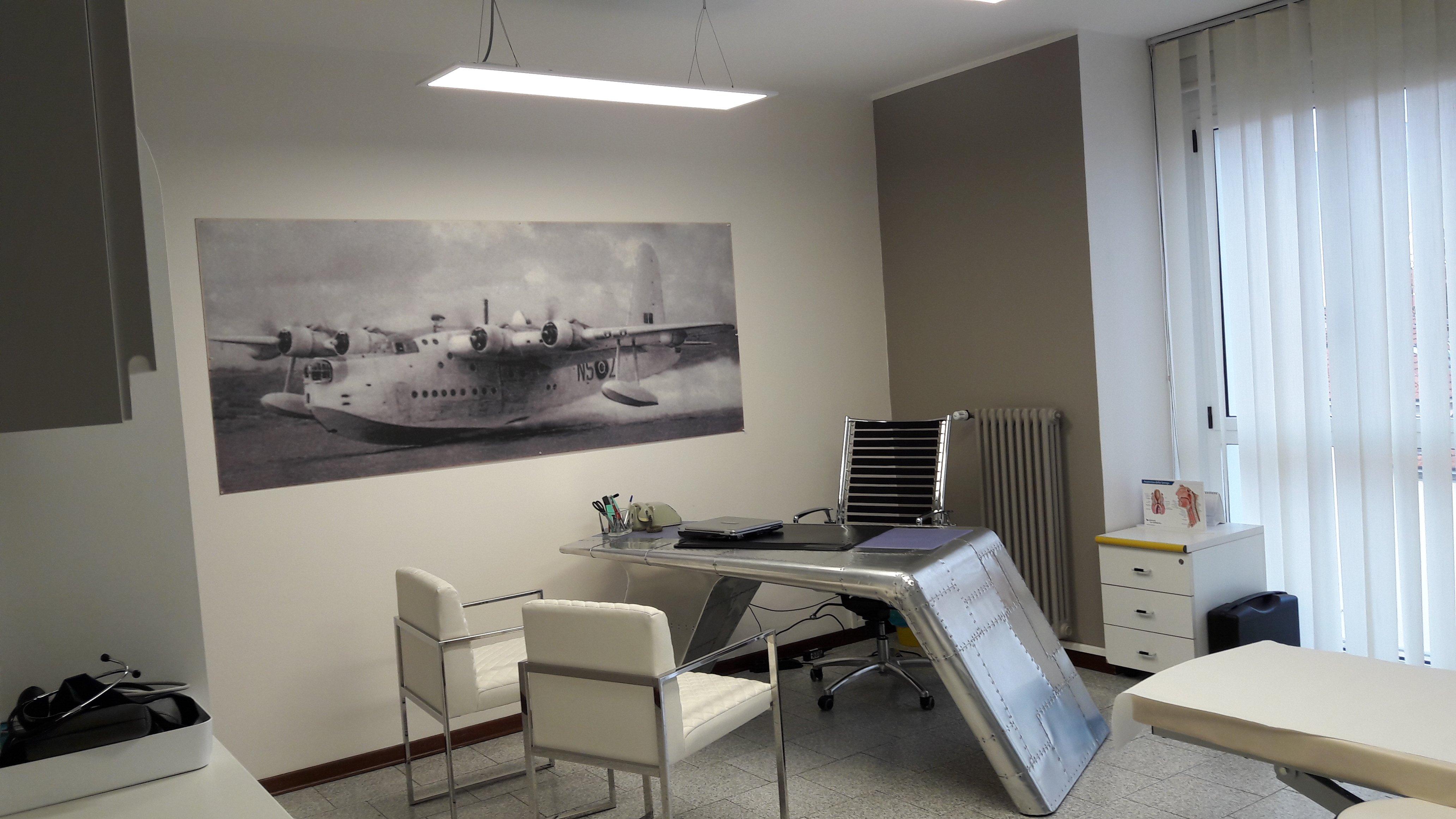 scrivania di un ufficio con due sedie per ospiti