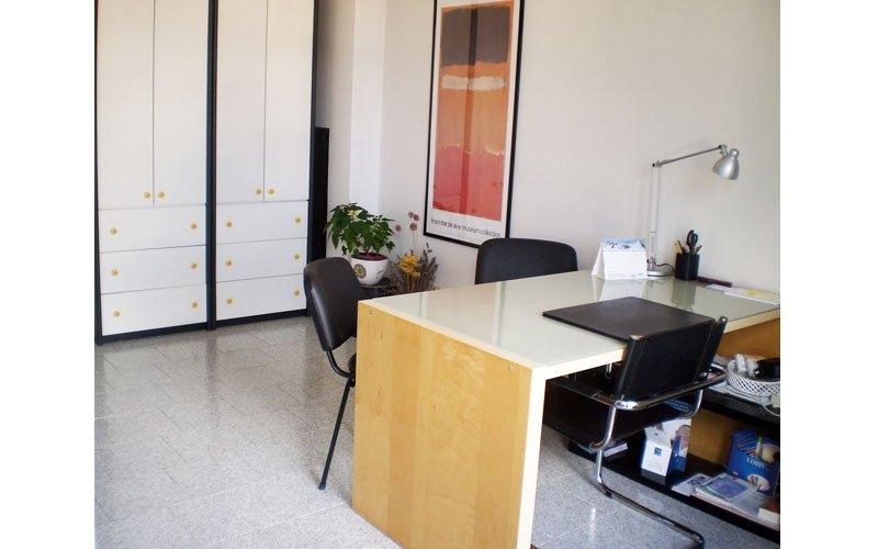 studio con scrivania e mobile di colore bianco