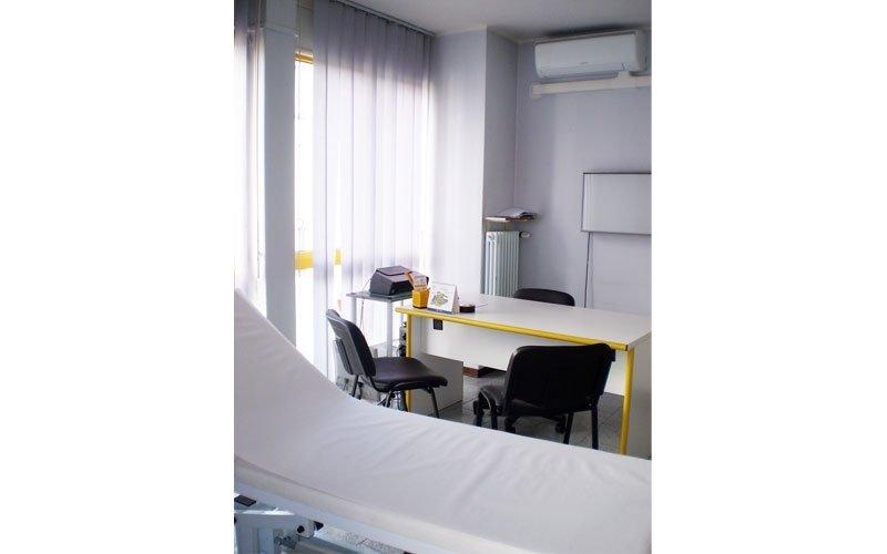 lettino e scrivania di uno studio