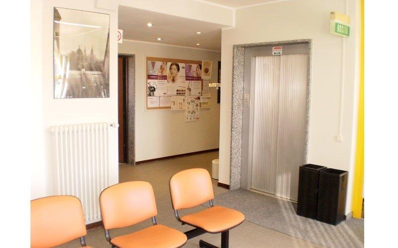 due sedie in una sala d'attesa
