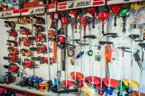 Alcuni prodotti Efco in vendita: motoseghe e decespugliatori.