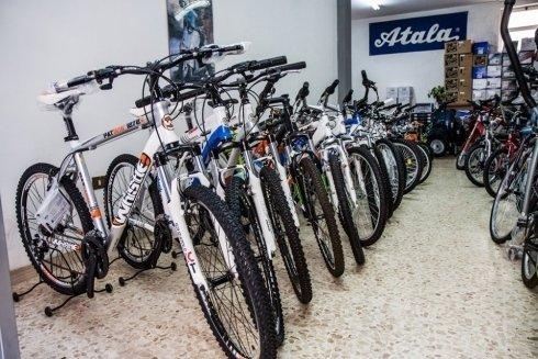 Mountain bike in vendita presso il negozio.