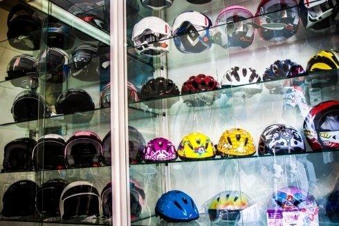 Vetrina con alcuni caschi per motociclisti e ciclisti.