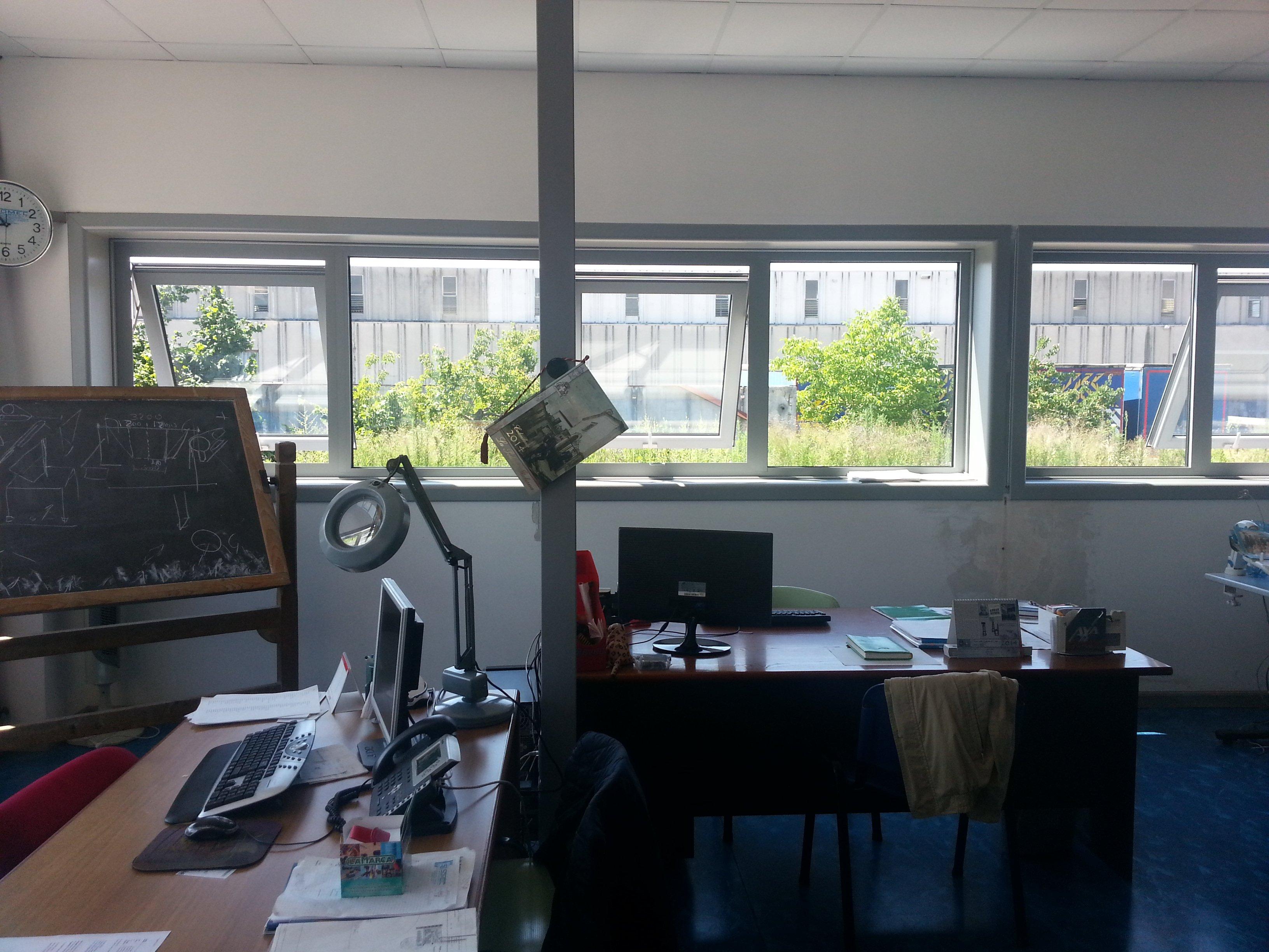 Interno di un ufficio con finestre