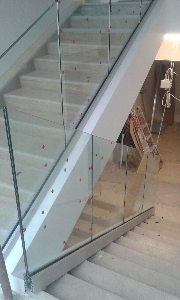 Scala con ringhiera in vetro trasparente