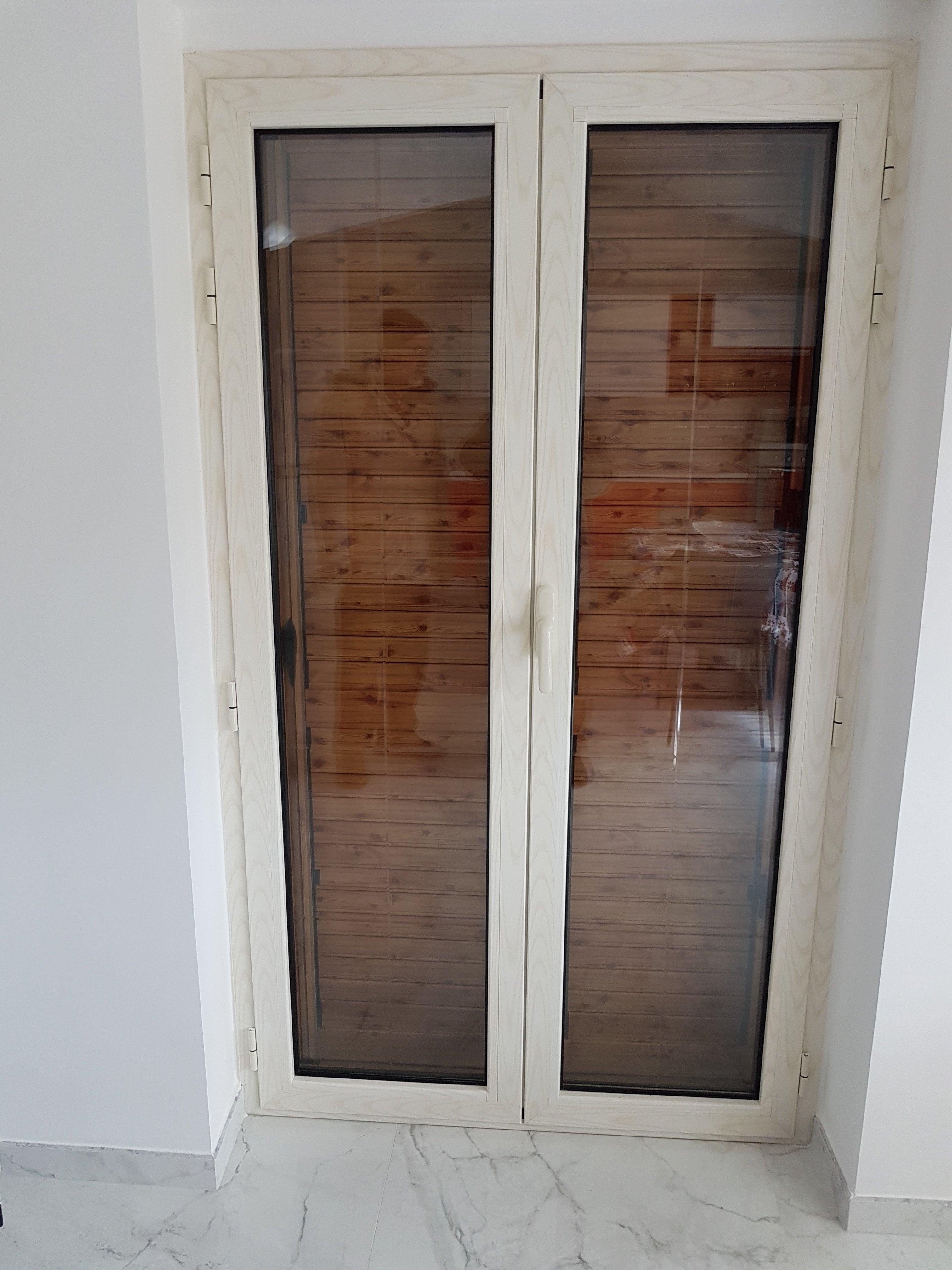 Una porta finestra bianca