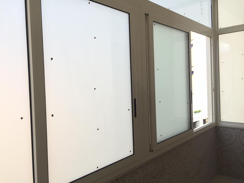 delle finestre in pvc color bianco