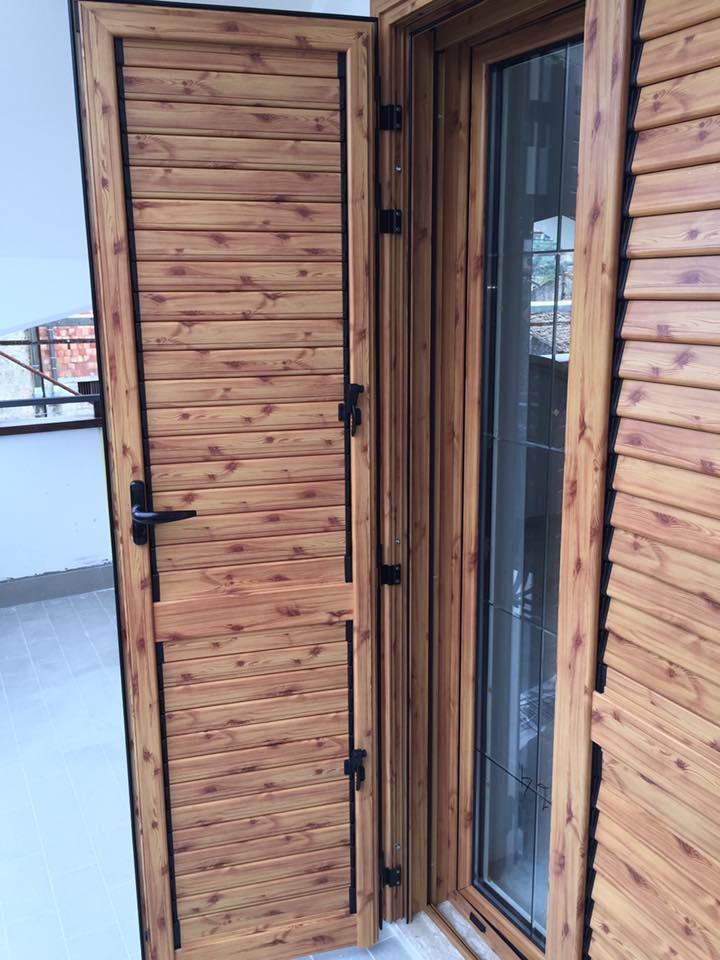 un'anta in legno di una persiana di una finestra