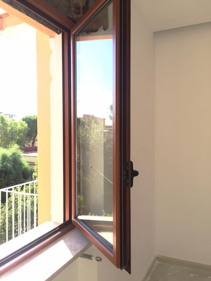 una finestra in legno semi aperta